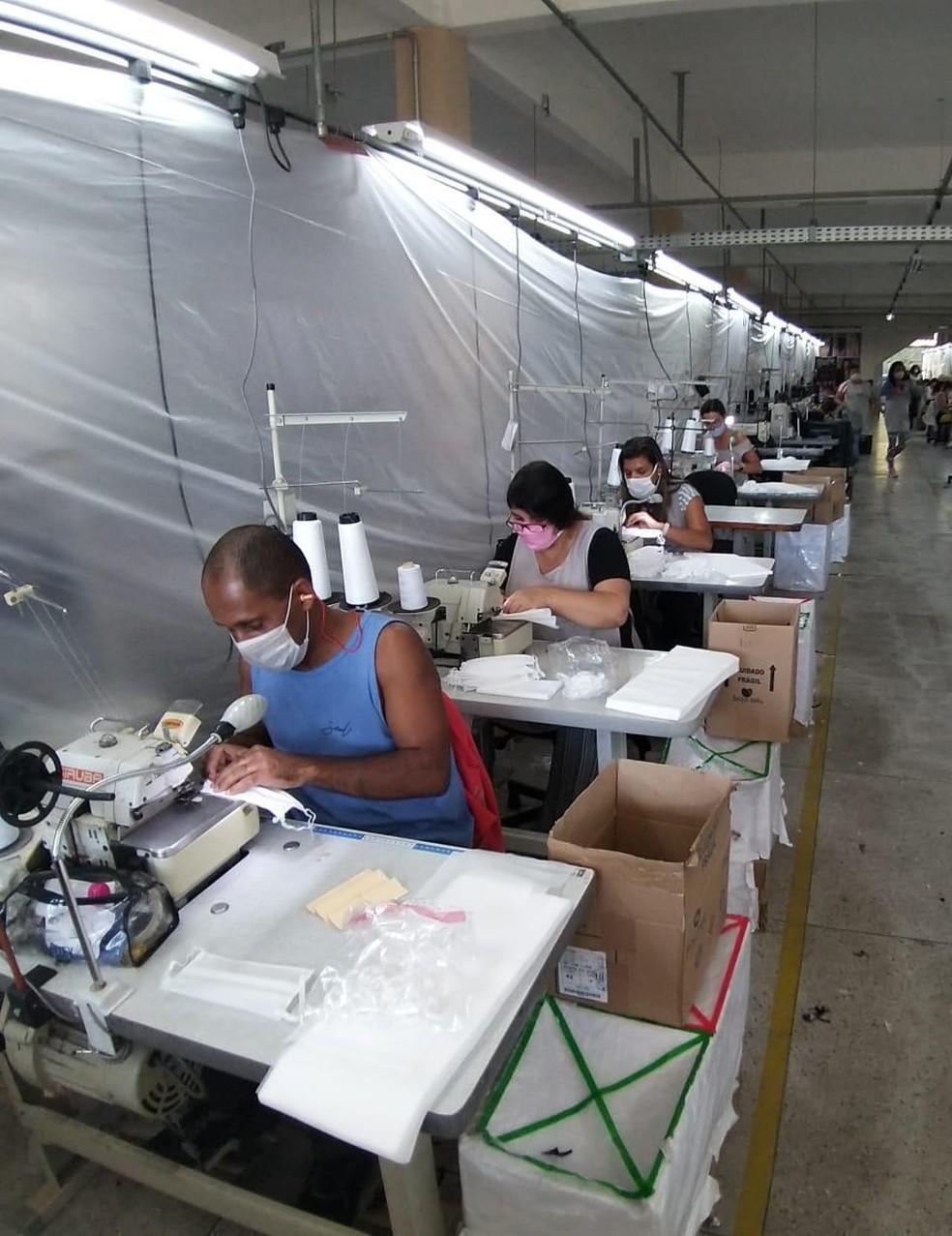 Setor defende que as empresas voltem a funcionar de acordo com a capacidade de funcionários por metro quadrado — Foto: Divulgação/Costurando Esperança