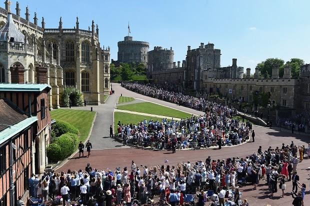 Os felizardos que puderam acompanhar a cerimônia do gramado de Windsor (Foto: Getty Images)