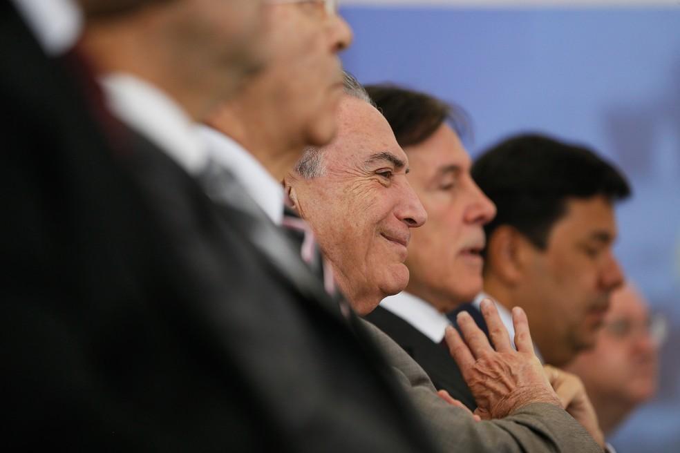 O presidente Michel Temer em meio a aliados durante cerimônia de liberação de crédito a beneficiários do Bolsa Família (Foto: Beto Barata/PR)