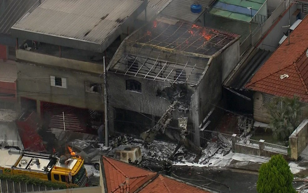 Área atingida por queda de aeronave na Zona Norte de São Paulo — Foto: Reprodução/TV Globo