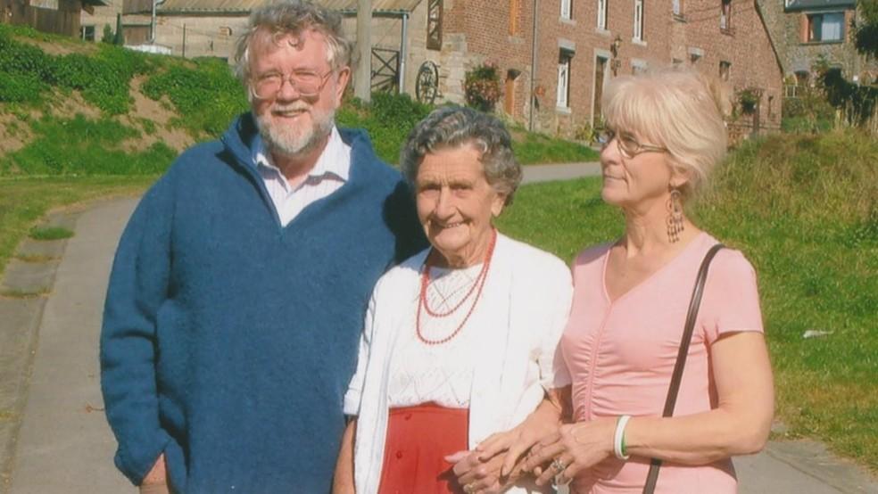 Jo Cameron (à direita) teve sinais durante a vida, mas nem ela nem a família perceberam que a tolerância dela em relação à dor era maior que o comum — Foto: Jo Cameron