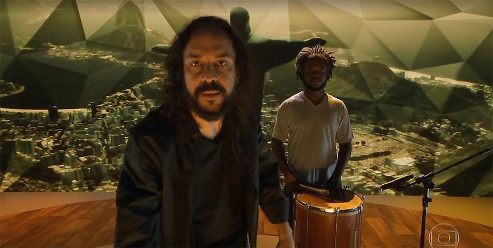 O rapper Gabriel O Pensador e o músico João da Serrinha no programa 'Fantástico' em 11 de fevereiro de 2018 (Foto: Reprodução / Vídeo TV Globo)