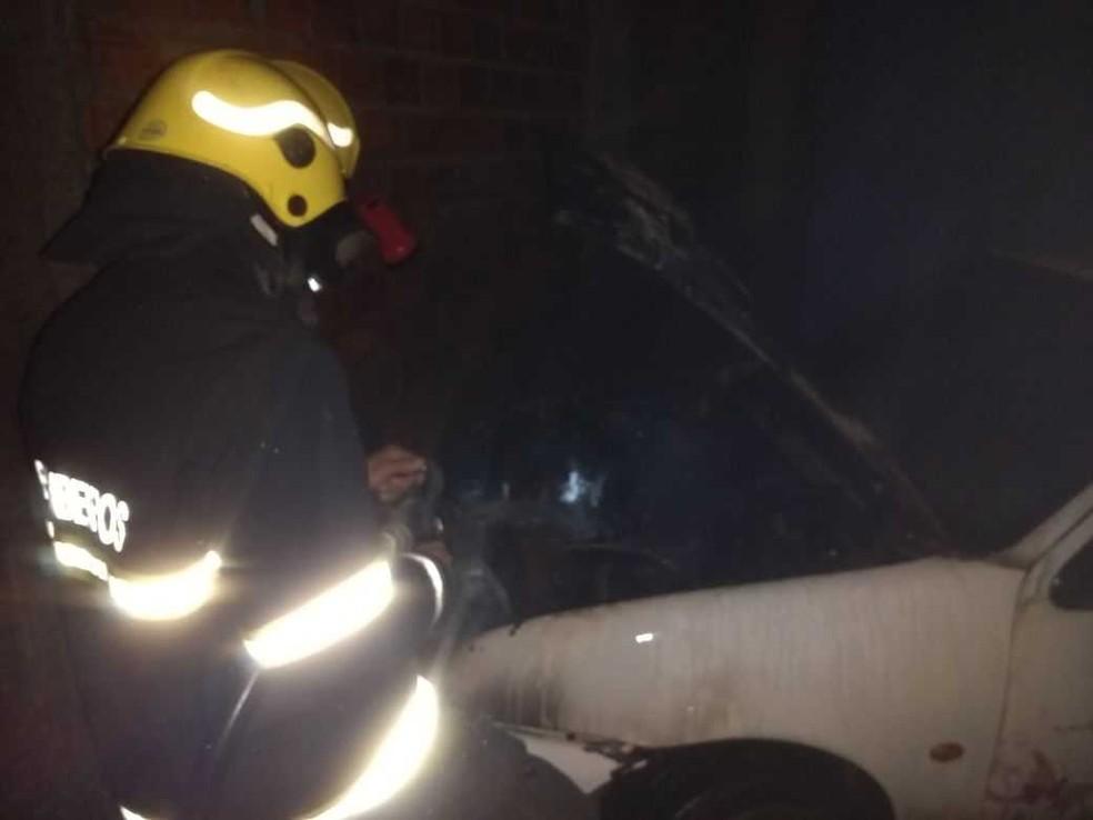 Parte superior do veículo ficou destruída (Foto: Divulgação/Corpo de Bombeiros)