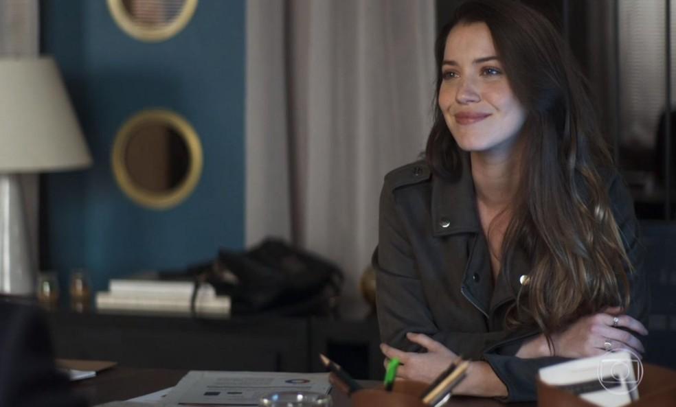 Fabiana (Nathalia Dill) convence Agno (Malvino Salvador) a lhe dar dinheiro para sair da construtura, em 'A Dona do Pedaço' — Foto: Globo
