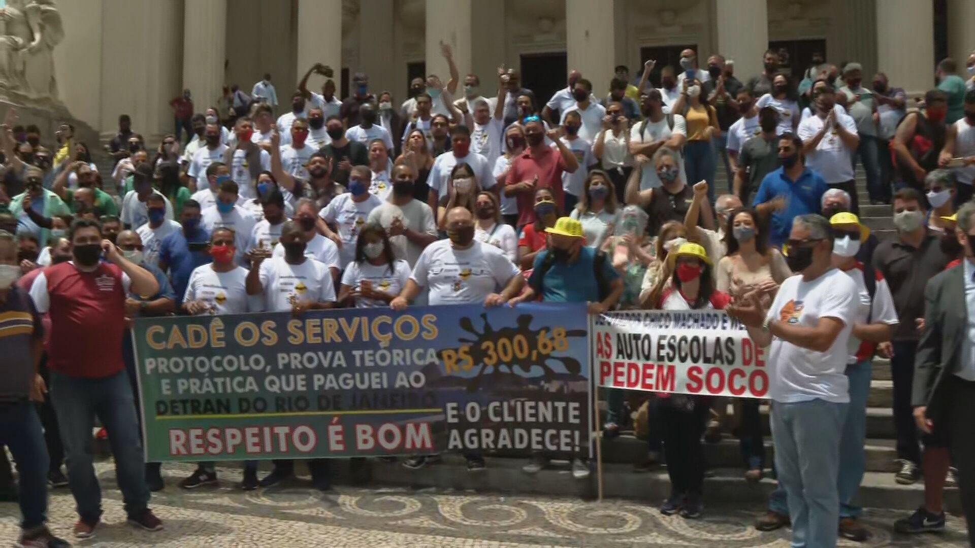 Representantes de autoescolas e de clínicas credenciadas ao Detran fazem protesto em frente à Alerj