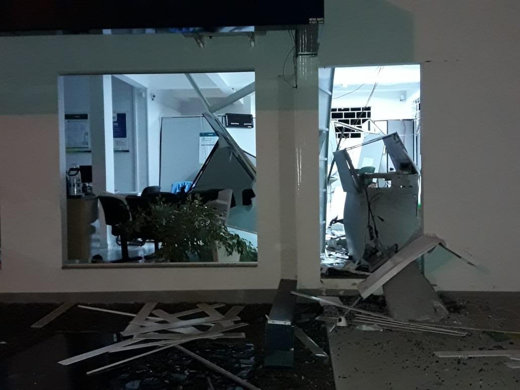 Ladrões explodem agência bancária e danificam porta de outra em Antônio Olinto