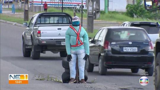 Boneco sinaliza buraco na rodovia PE-15, no Grande Recife