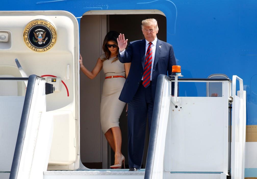 -  Donald e Melania Trump desembarcam do Air Force One nesta quinta-feira  12  no aeroporto de Stansted para visita oficial ao Reino Unido  Foto: Henry