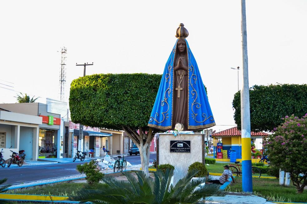 Imagem em homenagem à santa fica no Centro da cidade (Foto: Divulgação)