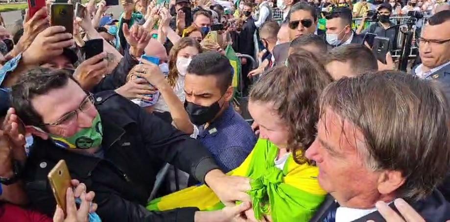 Sem máscara, presidente Jair Bolsonaro chega a Sorocaba e provoca aglomeração