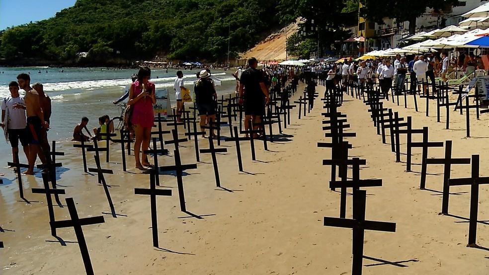 Praia de Ponta Negra, cartão-postal de Natal, virou 'cemitério' durante um protesto realizado contra a violência no estado (Foto: Reprodução/Inter TV Cabugi)