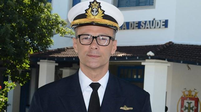 """O contra-almirante Antônio Barra Torres, que assumiu a presidência da Anvisa mês passado, sempre criticou """"a disseminação do pânico"""" na pandemia. E acompanhou Bolsonaro, sem máscara, em manifestações em março em Brasília"""