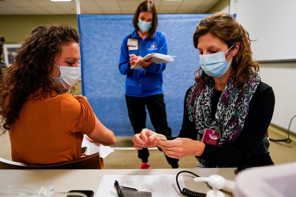 Profissionais de saúde participam de simulação da aplicação da vacina da Pfizer contra a Covid-19, na Indiana University Health, em Indianápolis, no dia 11 de dezembro — Foto: Bryan Woolston/Reuters