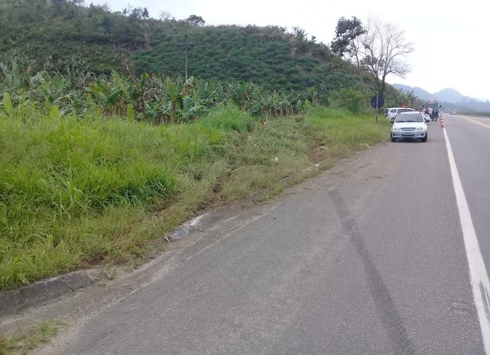 Marcas na pista e na vegetação mostram o trajeto do carro acidentado em Itariri, SP — Foto: G1 Santos