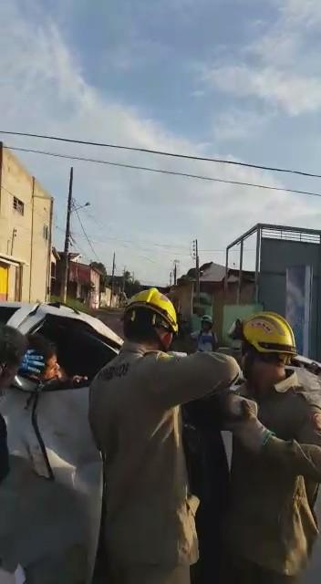 Carro capota com quatro pessoas e condutor fica preso às ferragens em Rio Branco