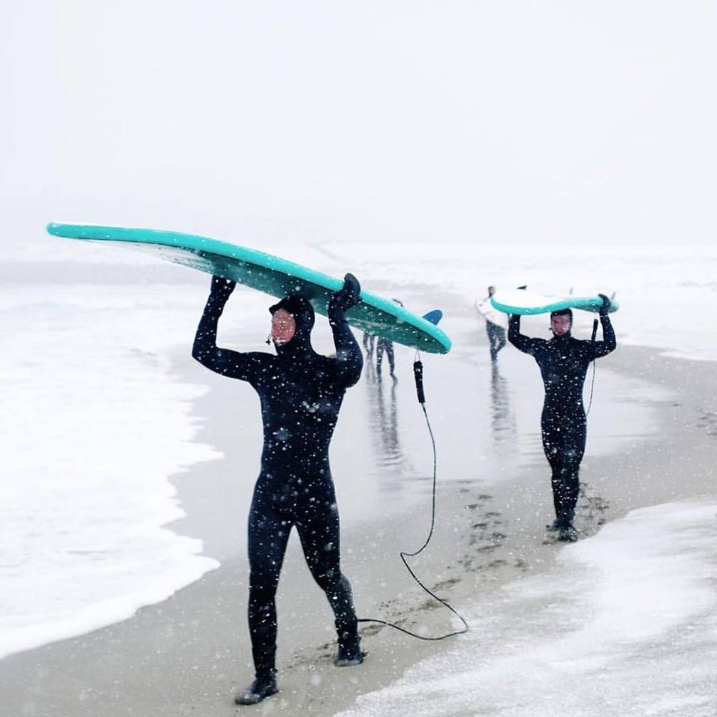 Surfistas encaram temperaturas negativas e neve na Noruega (Foto: Divulgação)
