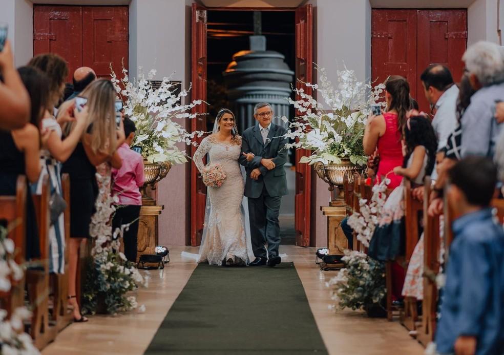 Diácono há quase três anos, Raimundo levou sua filha Rebeca ao altar como 'pai', vestiu a batina, e realizou o rito religioso. — Foto: Vinícios Diniz/Arquivo pessoal