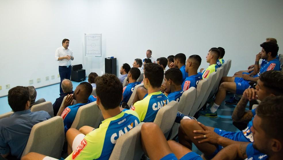 Itair Machado conversa com o elenco do Cruzeiro, durante a reapresentação da equipe (Foto: Bruno Haddad)