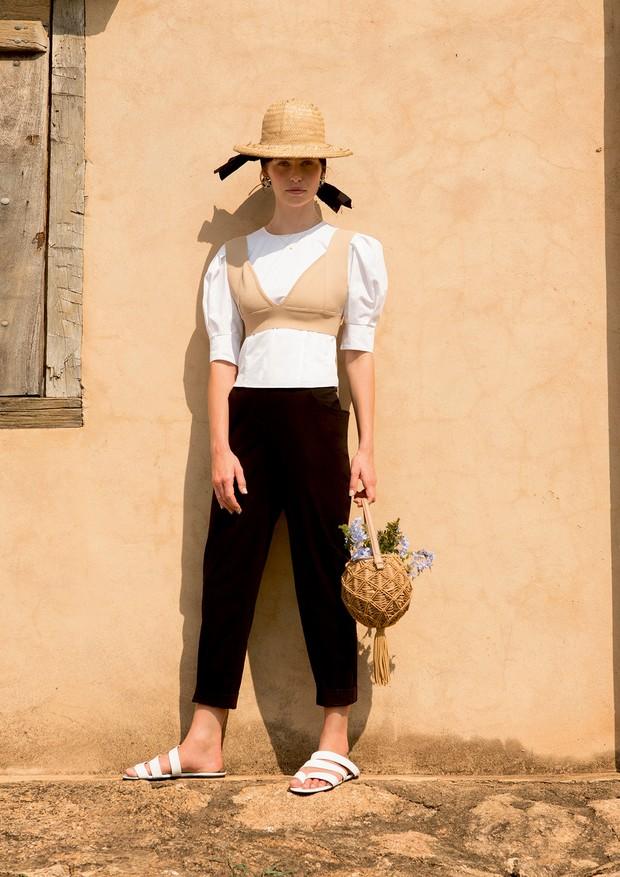 Camisa (R$ 740) e calça (R$ 1.140), ambas Mixed, top Egrey (R$ 479), brincos Chanel (a partir de R$ 2.860), bolsa Schutz (R$ 890) e sandálias Gloria Coelho (R$ 734) (Foto: Caio Ramalho)