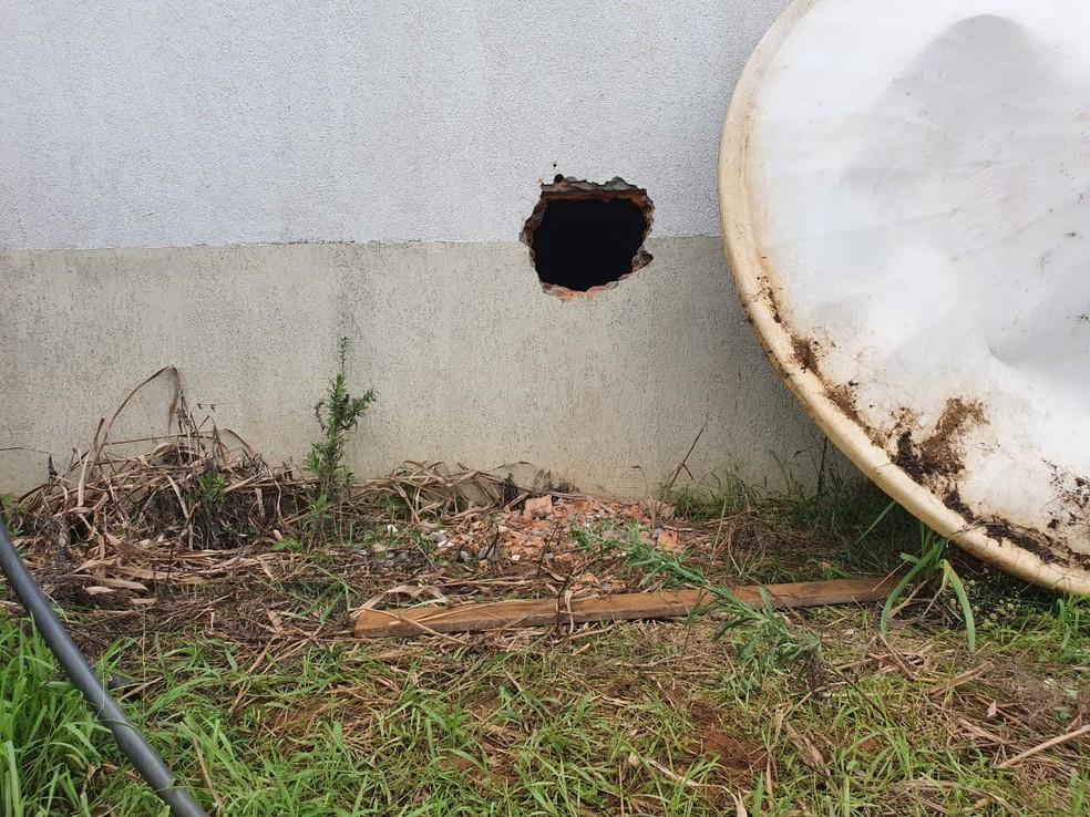 Funcionário da fazenda notou buraco nos fundos do hangar e informou ao proprietário, que confirmou o furto do avião.  — Foto: Reprodução/Portal P1