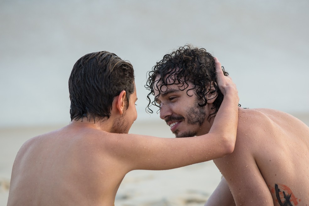 Carol Duarte e Gabriel Stauffer gravando cenas finais de 'A Força do Querer' na Praia de Ipanema — Foto: Isabella Pinheiro / TV Globo