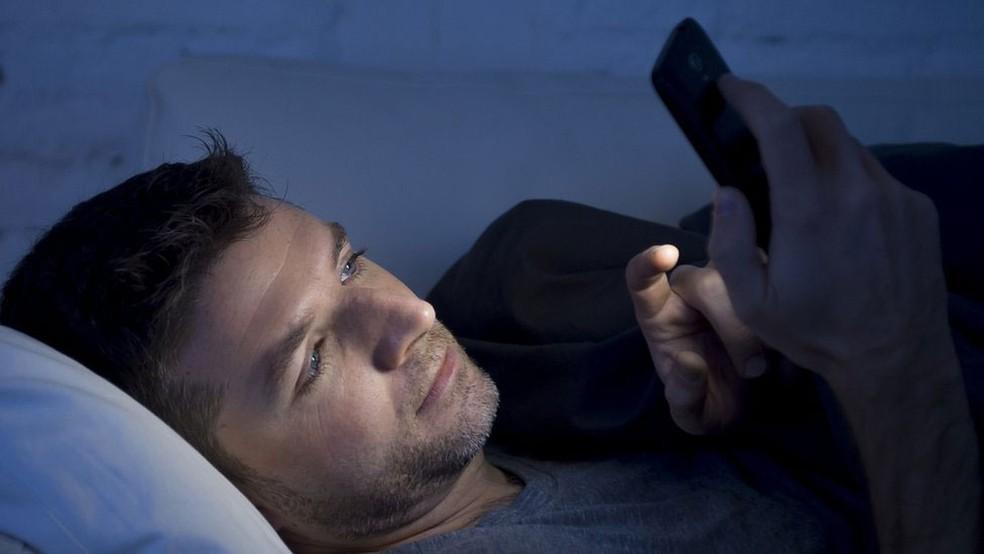 Luz de celulares confunde o organismo, que reduz a produção de melatonina  (Foto: Getty Images via BBC)