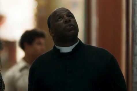 Transtornado após Eurico lhe revelar o segredo da fonte, padre Ramiro (Aílton Graça) procurará Gabriel e lhe colocará contra a parede (Foto: TV Globo)