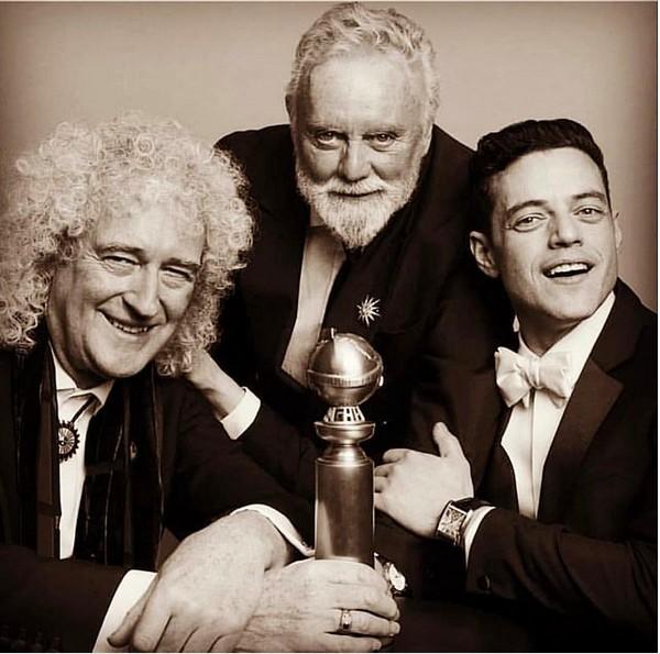 O ator Rami Malek com os músicos Brian May e Roger Meddows, do Queen, celebrando a vitória no Globo de Ouro (Foto: Instagram)