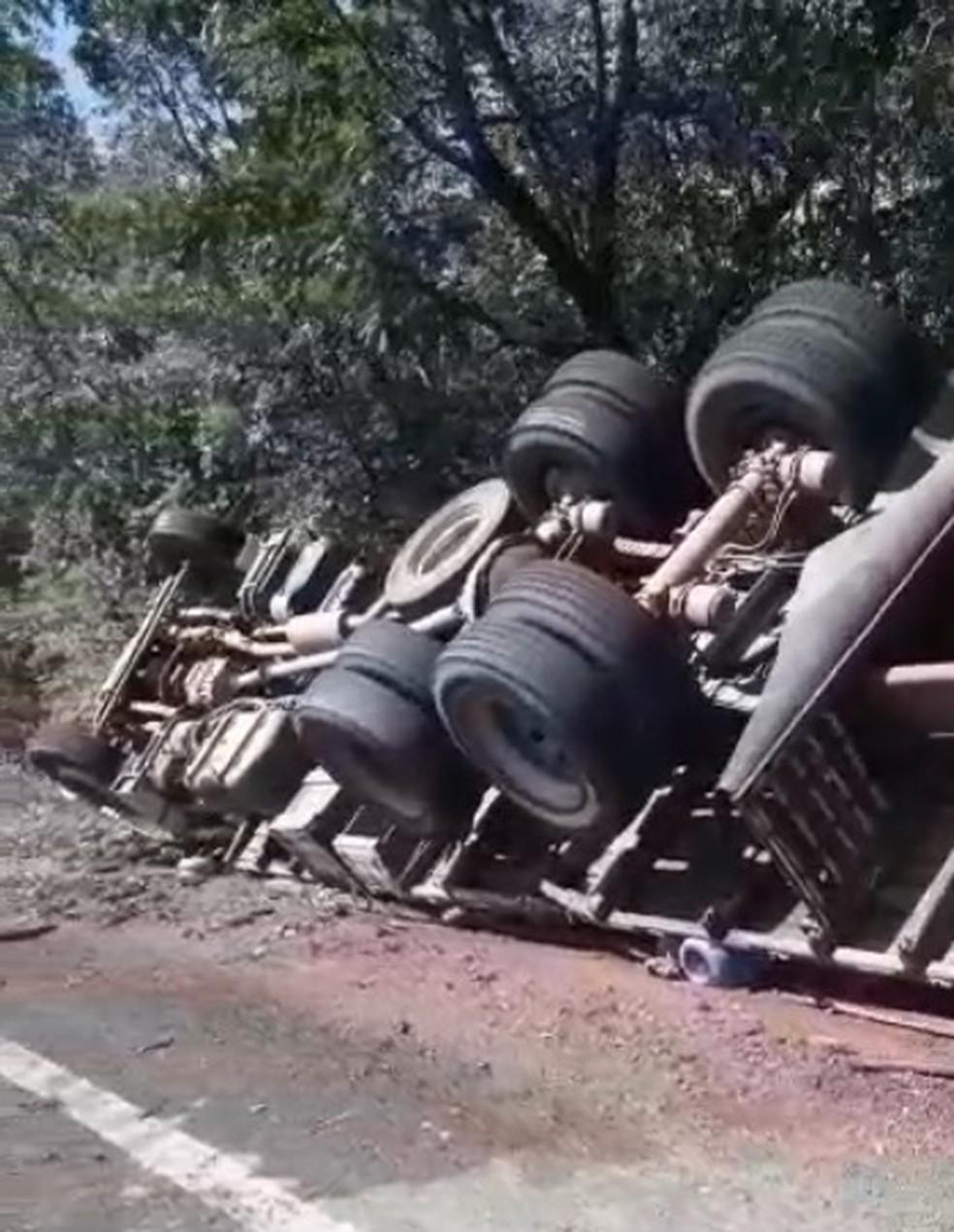 Caminhão carregado de garrafões de água tomba na BR-222, no Piauí — Foto: Reprodução