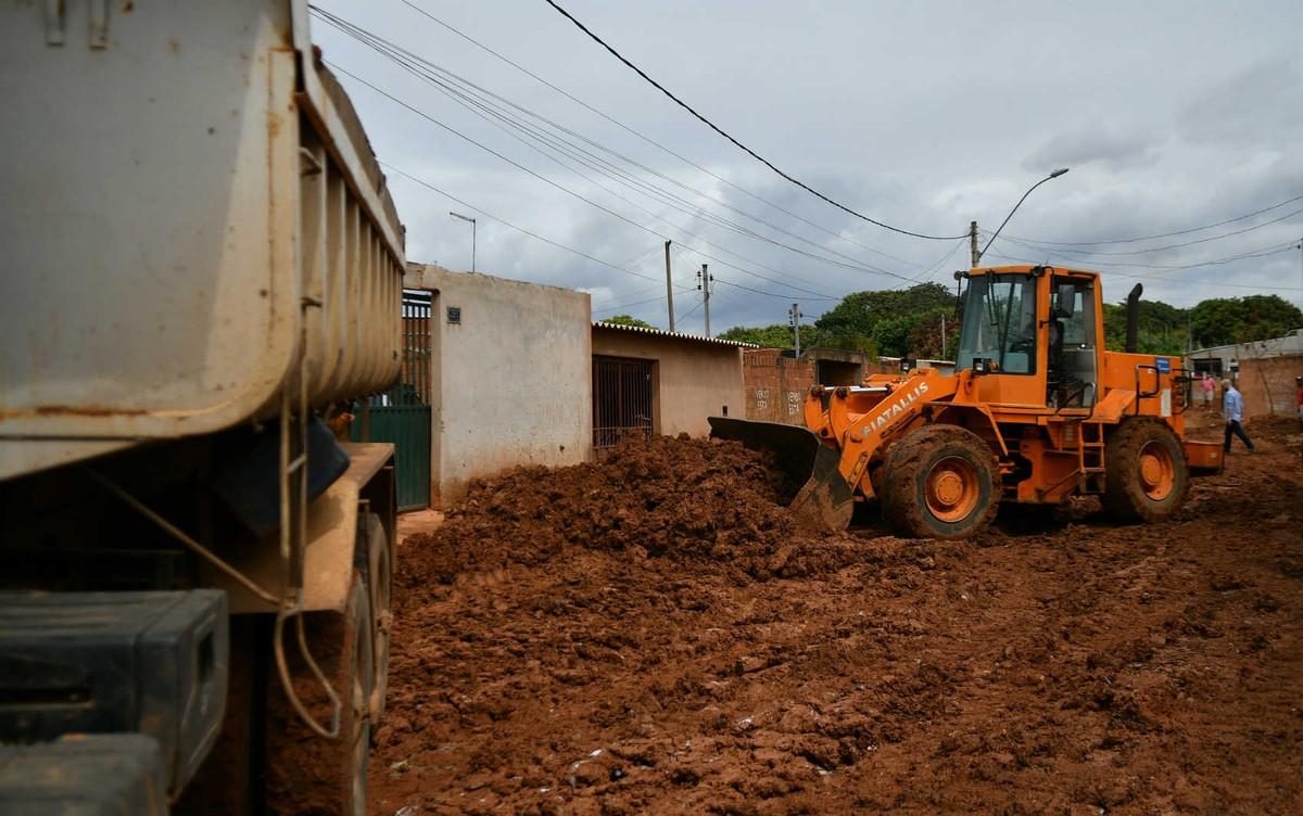 Governo do DF aproveita estiagem e retoma retirada de lama no Sol Nascente
