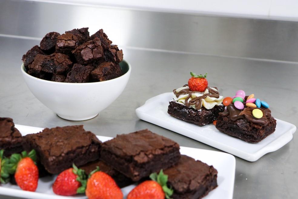 Brownies cortados em cubos, em quadrados com morangos e com confeitos, preparados por Fabrícia Marques — Foto: Fabrícia Marques