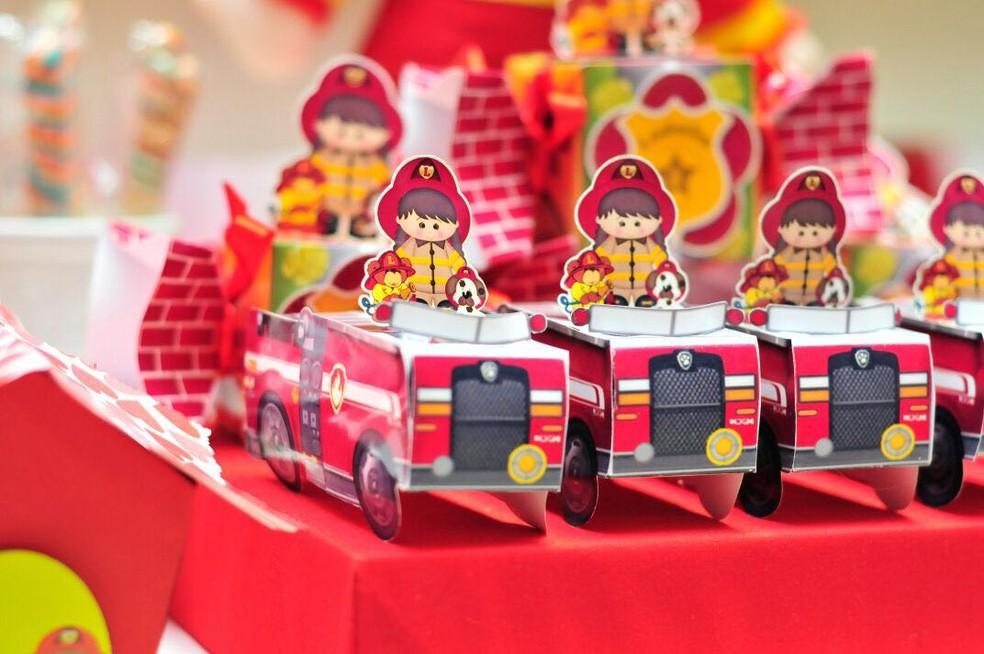 Detalhe da lembrança com o tema bombeiro (Foto: Ana Carla/Arquivo Pessoal)