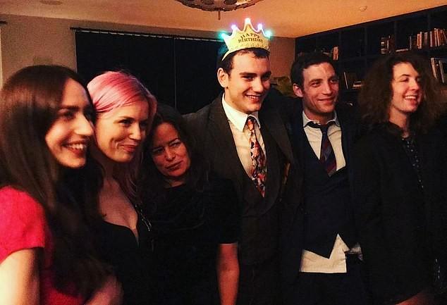 O brasileiro Lucas na companhia de seis de seus oito irmãos por parte de pai, Mick Jagger, na festa de aniversário de um deles (Foto: Redes sociais)