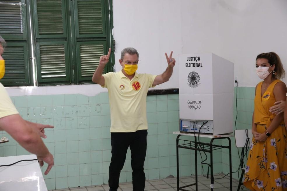 Sarto Nogueira (PDT) votou na sede da Apae, no bairro Luciano Cavalcante. — Foto: Natinho Rodrigues/ SVM
