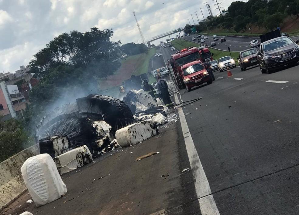 Carga de caminhão que tomou ficou espalhada em rodovia — Foto: Soraya Lauand/TV TEM