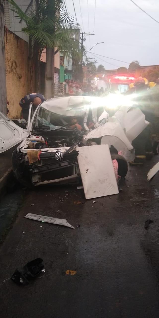 Homem fica preso nas ferragens após acidente de trânsito na Zona Norte de Manaus - Noticias