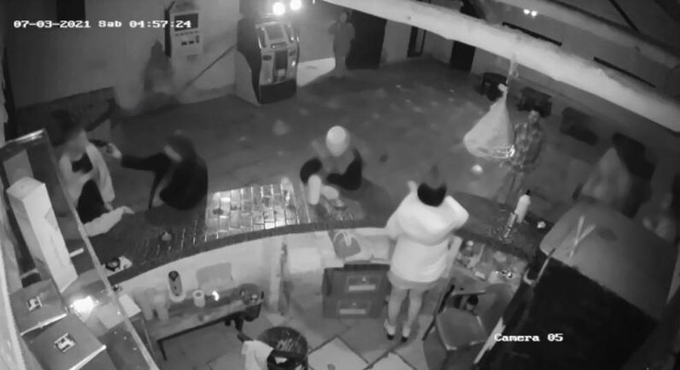 Homem atira contra duas pessoas dentro de um bar em SC  — Foto: Polícia Civil/Divulgação