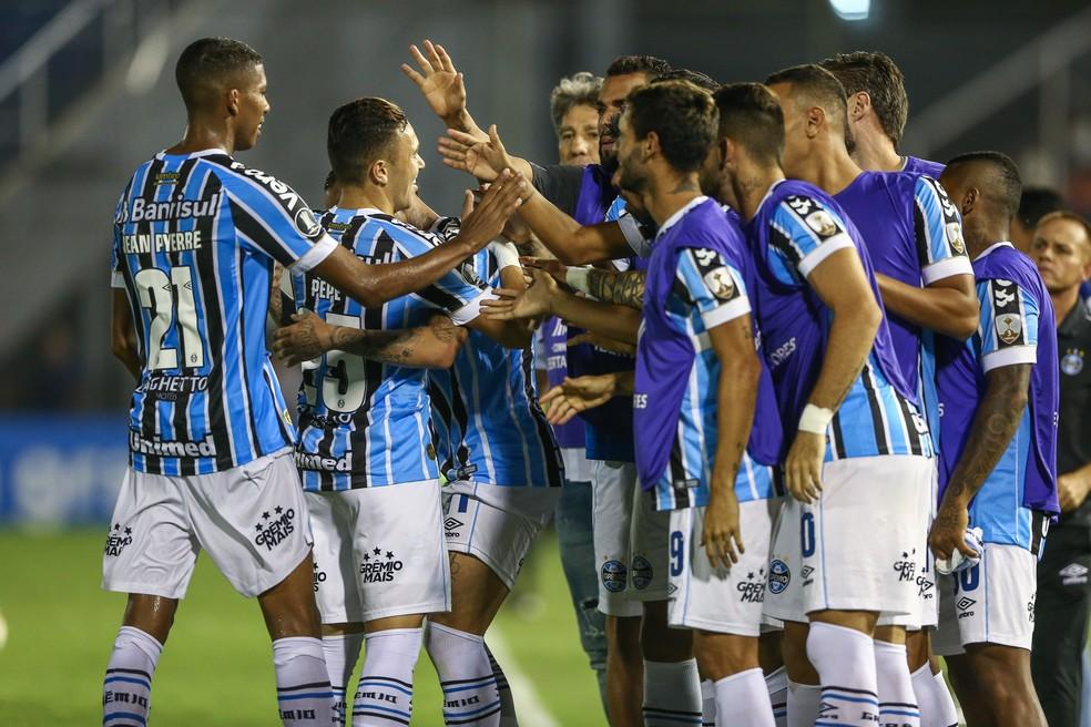 Gremistas comemoram vitória sobre o Libertad na fase de grupos — Foto: Lucas Uebel/Grêmio