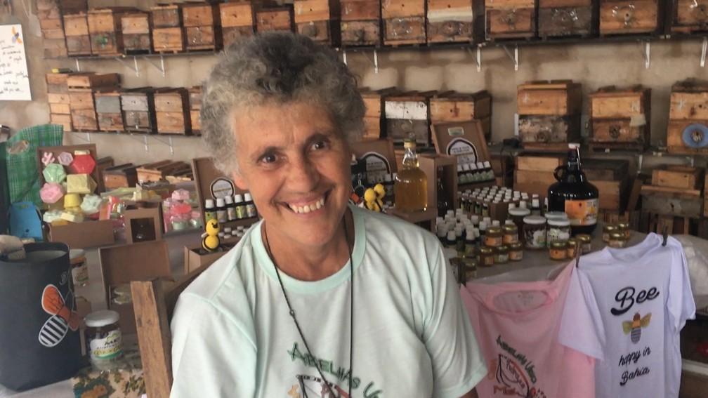 Irmã neozelandesa Helen Caughley criou projeto de melipolicultura no bairro de Nova Esperança, em Salvador — Foto: Lílian Marques/ G1