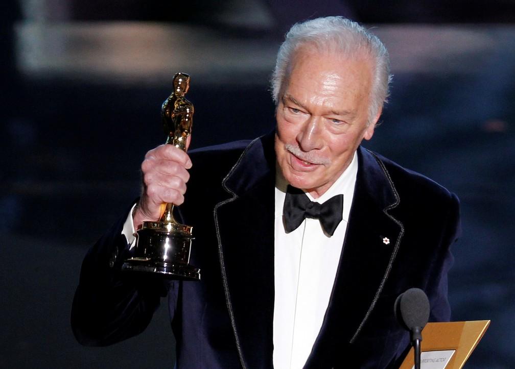 Christopher Plummer ganha o Oscar em 2012 por 'Toda forma de amor' — Foto: Gary Hershorn / Reuters