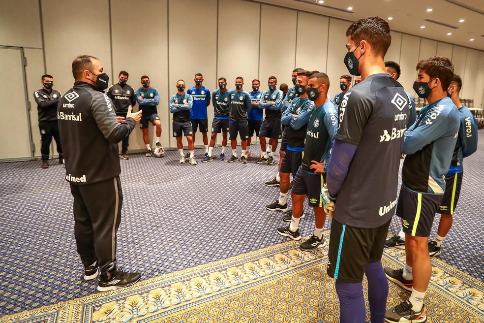 Reunião com grupo do Grêmio para tranquiliza ambiente — Foto: Lucas Uebel/Grêmio