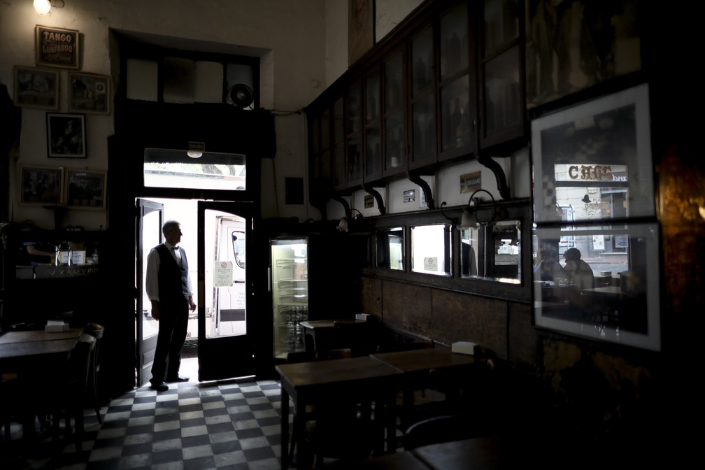 Buenos Aires bar emptied after owner leaves it in the midst of Argentina's economic crisis - Photo: Natacha Pisarenko / AP Photo