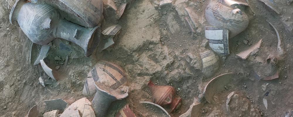 Vasos encontrados pelos arqueólogos da Universidade de Gotemburgo (Foto: Peter Fischer / Universidade de Gotemburgo)