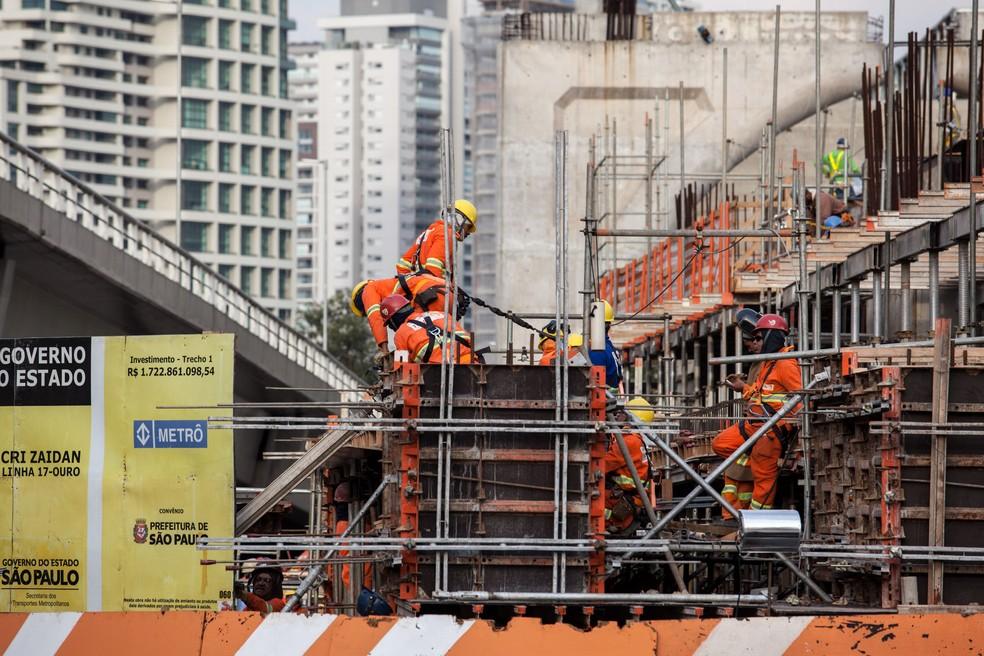 Operários trabalham nas obras da estação Chucri Zaidan da linha 17-ouro do monotrilho na Zona Sul de São Paulo (Foto: Marcelo Brandt/G1)