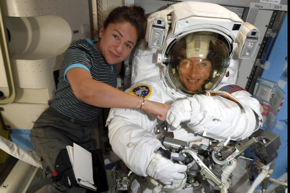 Christina Koch (dir.) e Jessica Meir posam para foto na Estação Espacial Internacional (ISS) — Foto: Nasa