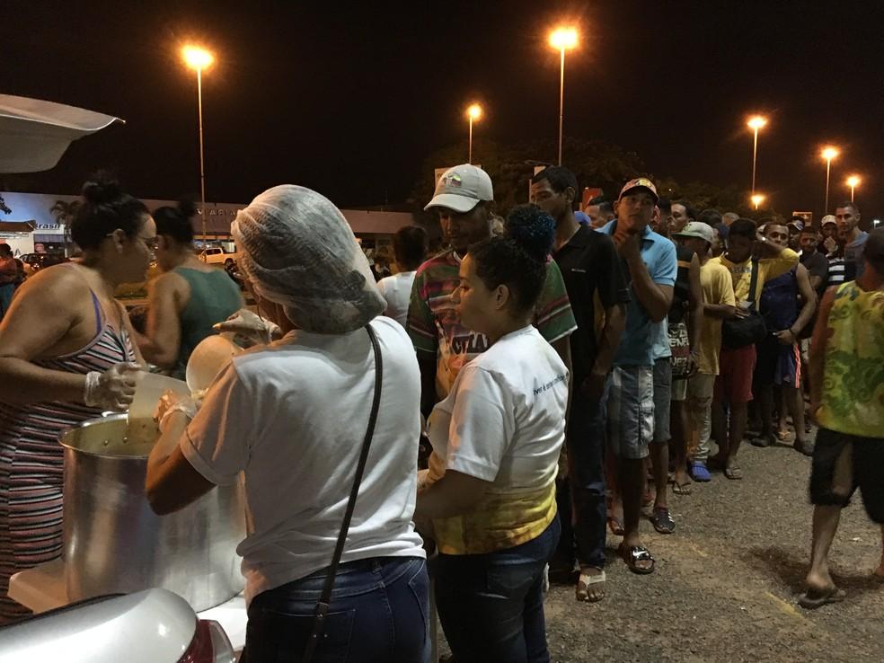 Em fila, venezuelanos recebem porções de sopa em frente à Rodoviária Internacional de Boa Vista  — Foto: Emily Costa/G1 RR