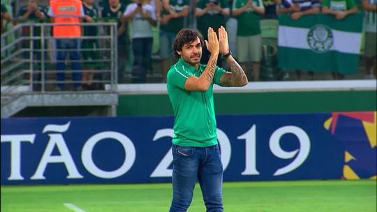 Ricardo Goulart saúda torcida, põe camisa de organizada e tira selfie durante jogo do Palmeiras