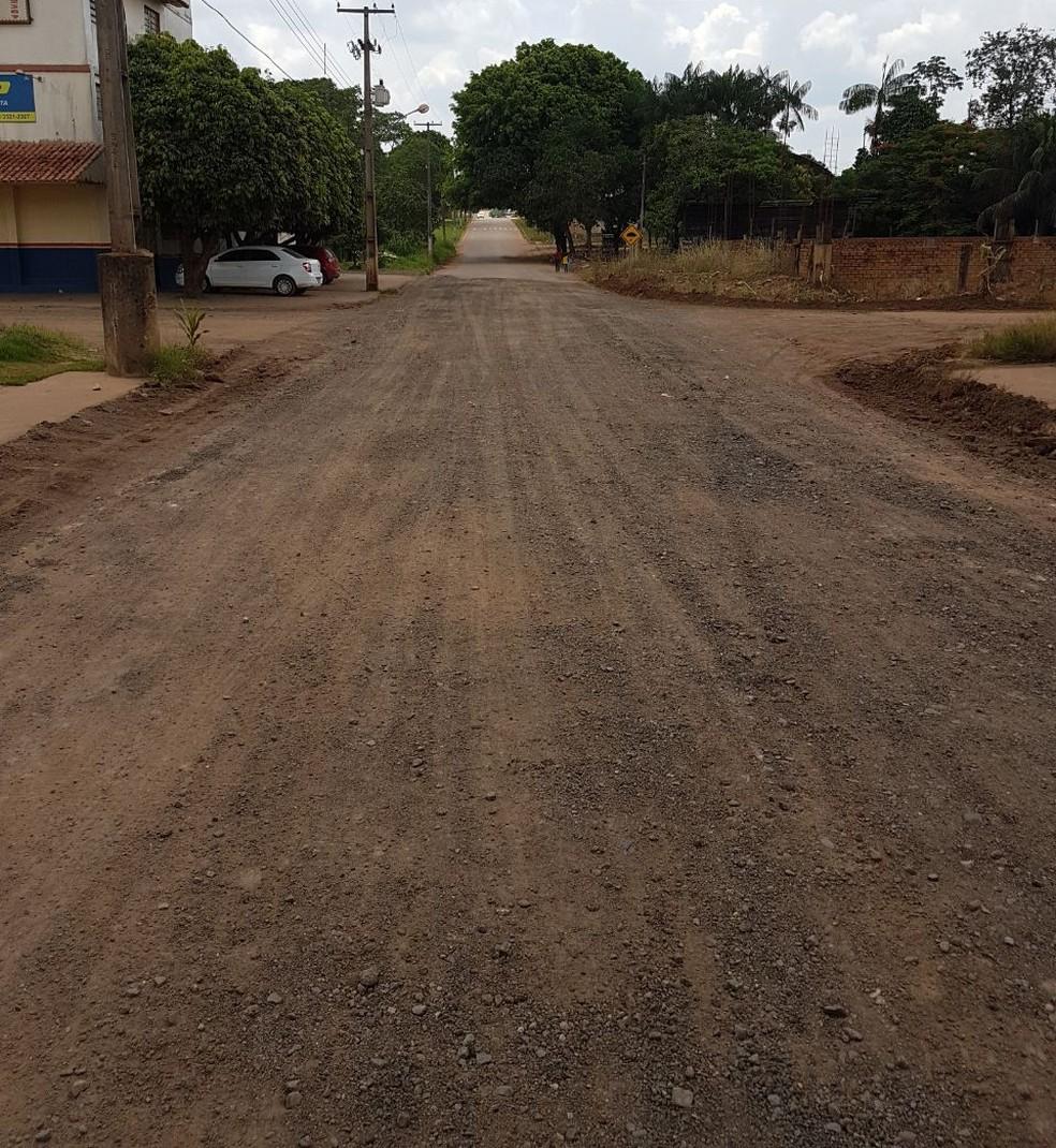 Rua Rio de Janeiro foi recuperada no começo do ano, mas chuvas e despejo irregular de água danificaram o asfalto (Foto: Assessoria Prefeitura de Jaru/Reprodução)