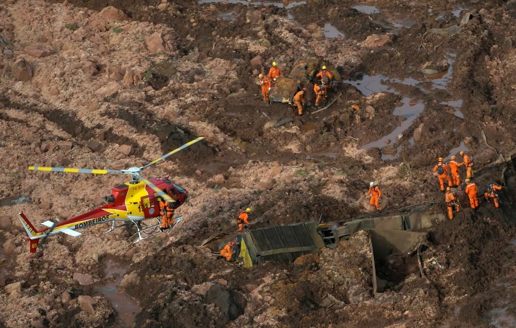 26 de janeiro - Resgate de vítimas é feito com auxílio de helicóptero dos bombeiros — Foto: Washington Alves/Reuters