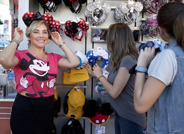 Heloísa Périssé experimenta tiaras de Minnie (Foto: Gregg Newton/Walt Disney World)